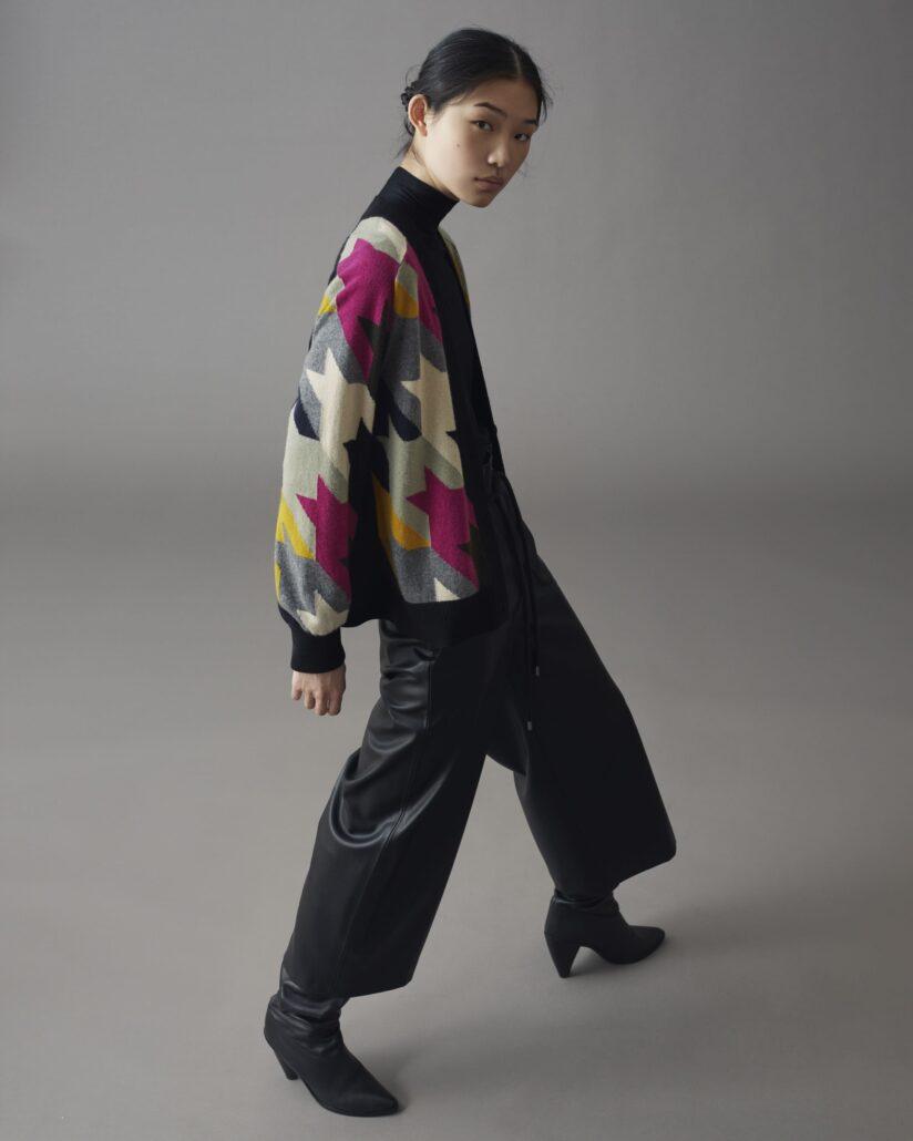 Raffinierte Strickweste mit speziellem Akris Punto Muster für die Winter Saison in schönen Herbstfarben. Hinterer Teil und Saum sind in schwarz gehalten. Weste ist oversized.