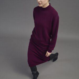 Bordeaux roter boxy Stehkragenpullover aus Kaschmir-Wolle Mix. Mit Reißverschluss am Nacken und langen Ärmeln. Ist in Kombination mit einem Midirock in gleicher Farbe fast wie ein Kleid.