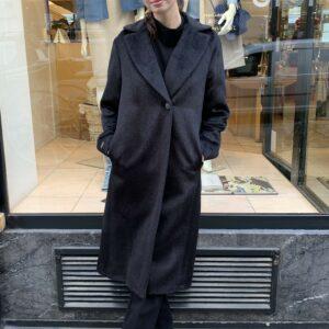 Dame trägt einen anthrazitfarbenen Alpaka Mantel von Peserico