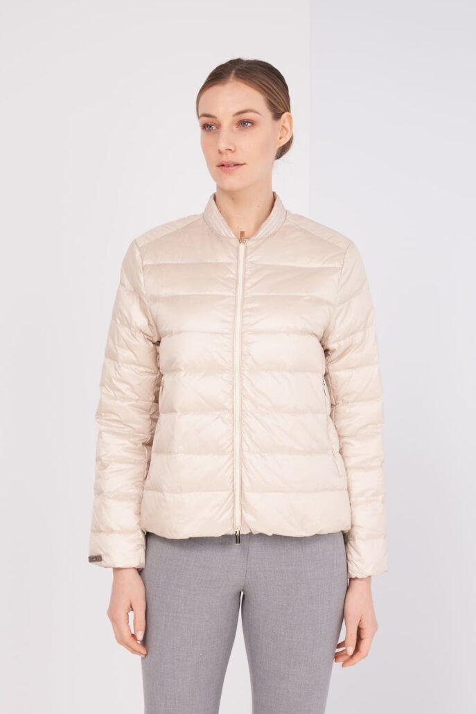 Beige leichte ganz dünne Daunenjacke. Ist am Kragen mit typischen Peserico Kettchen verziert. Vorne mit Zipp zu schließen und mit zwei Seitentaschen. Passt sehr gut unter einem Mantel.