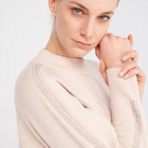 Beiger Pullover in angenehmen Kaschmir-Wolle-Seide Mix mit Rundhalsausschnitt. Durch das schöne Kettchen Detail am hinteren Teil der Ärmeln wirkt der Pullover sehr exklusiv.