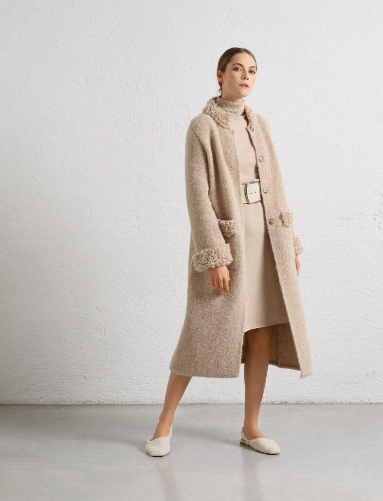 """Extrem leichte Qualität. Macht den beigen Strickmantel sehr angenehm und """"kuschelig"""". Der schöne Strickabsluß am Kragen, die Ärmel und Taschen machen den Mantel zum einen Hingucker."""