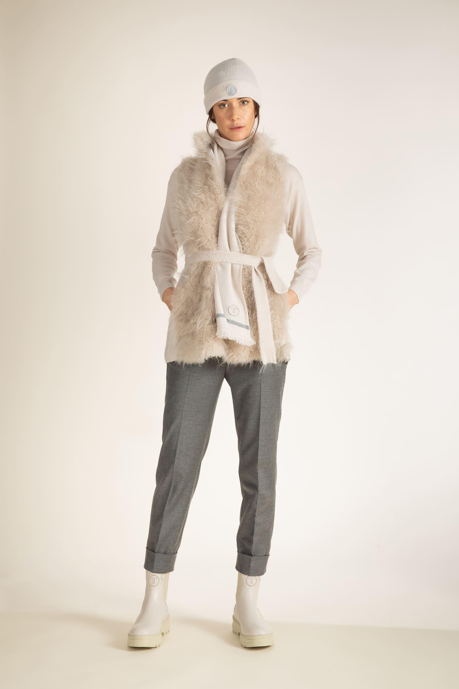 Leichtes kuscheliges Gilet. Das edle längere Kaschmirfell vorne und der hintere Teil aus Strick und Kaschmir-Wolle Mix sorgen für angenehme Wärme in kalten Wintertagen. Dazu passt der Rollkragenpullover in gleicher Farbe. Dieser Look ist perfekt.