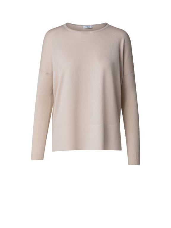 Beiger langärmeliger oversized Pullover aus Schurwolle in edlem Milano Strick Art. Mit einem runden Halsausschnitt. Passt perfekt auch unter einer sportiven Jacke in gleicher Farbe und Material. Vorne