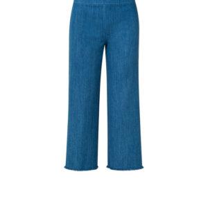 Hose mit Namen MINATA ist aus blauen Stretch-Denim, höher geschnitten mit einem Seitenzipp. Die weiten Beine haben einen modisch ausgefransten Saum.