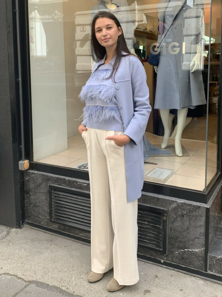 Wunderschöner strahlend hellblauer Strickmantel in hochwertiger Kaschmir-Wolle Qualität. Gerade geschnitten. Mit zwei aufgesetzten Taschen mit Pelz in der gleichen Farbe.