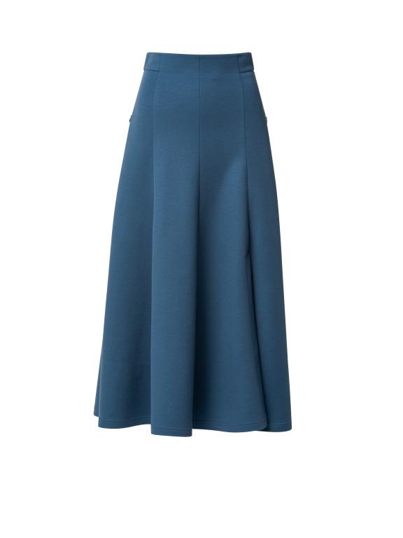 Blauer Midirock aus Viskose Mix ist hoch in der Taille und hat seitliche Schlitze, die den Rock die richtige Coolness geben. Schön mit blauer Jacke aus Kaschmir-Wolle Qualität in gleicher Farbe.