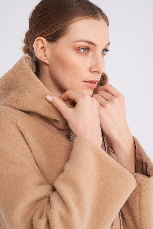 Camelfarbene wendbare Outdoor Jacke mit Kapuze aus Kaschmir-Wolle Mix. Etwas oversized geschnitten und hat durch viele Details einen sportiven Charakter. Falls es regnet, können Sie die Jacke wenden und mit Genuß weitertragen.