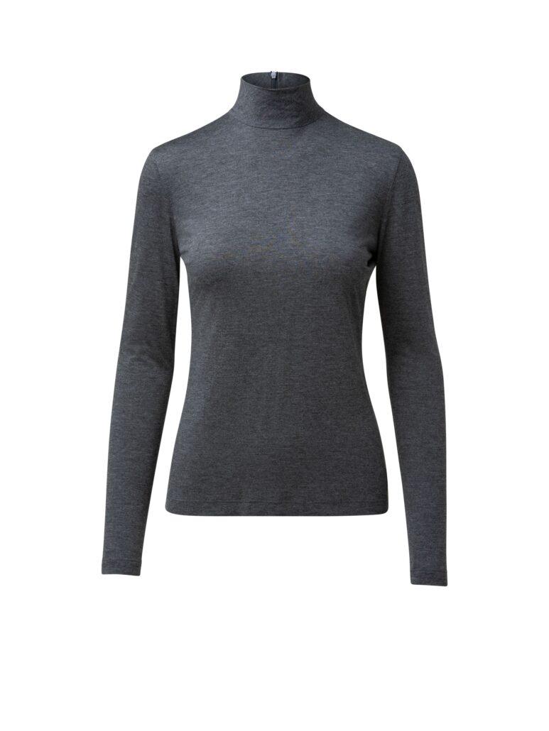 Graues leicht meliertes langärmeliges anliegendes Shirt mit Stehkragen. Hinten mit einem Zipp. Ein perfekter Unterzieher in bewährter perfekter Akris Punto Modal-Stretch Qualität.