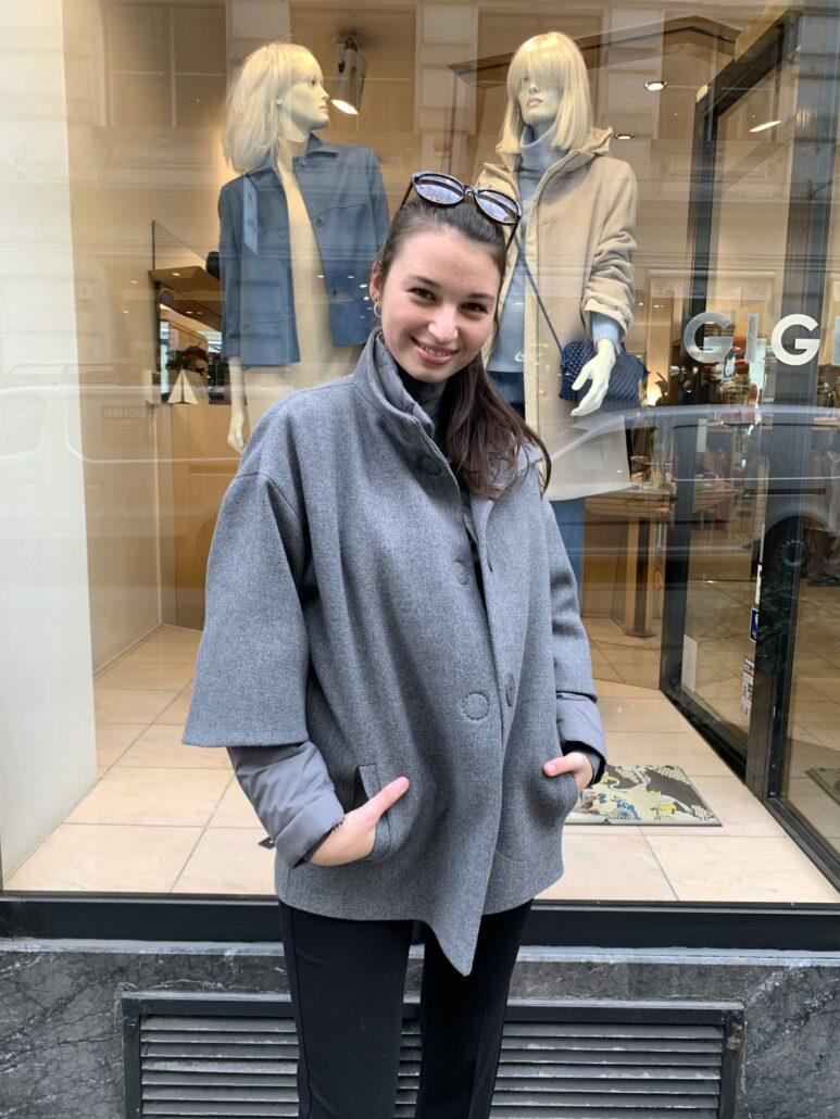 Dame trägt graue Outdoor Jacke von Akris Punto
