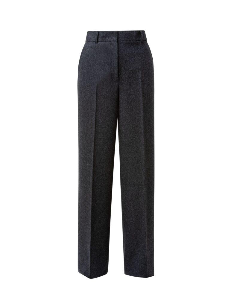 Graue Hose mit Namen CHIARO aus Woll-Flanel Qualität. Ist im Schnitt etwas maskulin und hat ein breites Bein. Hinten zwei paspelierte Taschen und vorne die französische Taschenvariante, welche einen lockeren und einfacheren Griff in die vordere Hosentasche erlaubt.