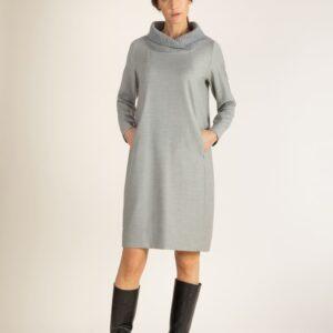 Hellgraues Kleid, welches lässig die Silhouette umspielt und mit einem Zipp auf versteckten Taschen und raffiniertem Strickkragen für einen coolen Look sorgt. Die Länge geht etwas über das Knie, um das Kleid schön mit Stiefeln zu kombinieren.