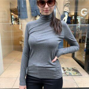 Dame trägt graues Shirt von Akris Punto