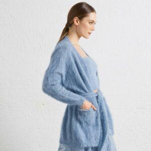 Blauer, ultra leichter Alpaka Mix Cardigan mit zwei angenähten Taschen und einem Gürtel. Wegen der Länge ist er besonders schön mit einer Hose oder einem langen Rock