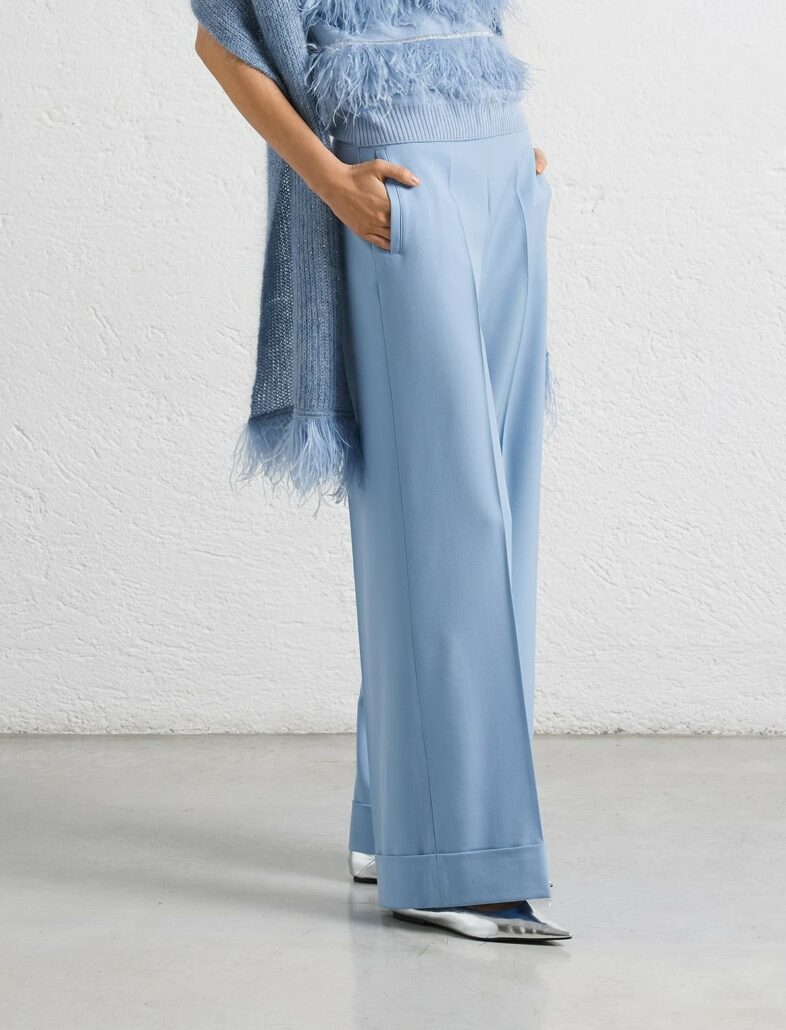 Dame trägt eine hellblaue Hose von D.Exterior
