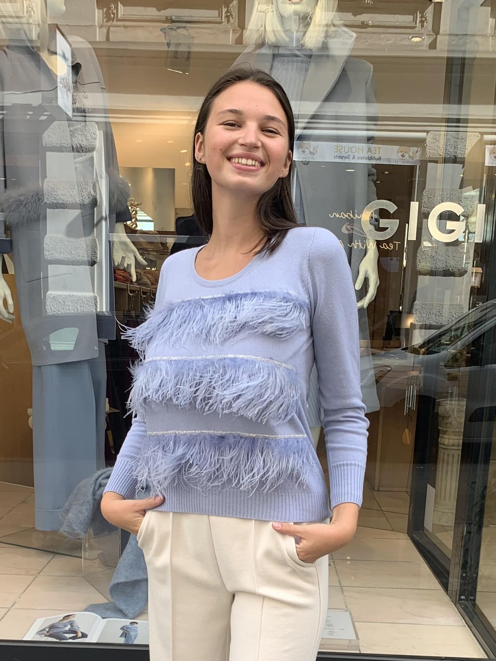 """Etwas ganz besonderes ist der hellblaue kastig geschnittene Kaschmir-Wolle Mix Pullover. Vorne mit exklusivem Straußen-Feder Detail in gleicher Farbe. Auch in rosa erhältlich und besonders schön in """"Monocrom"""" Look."""