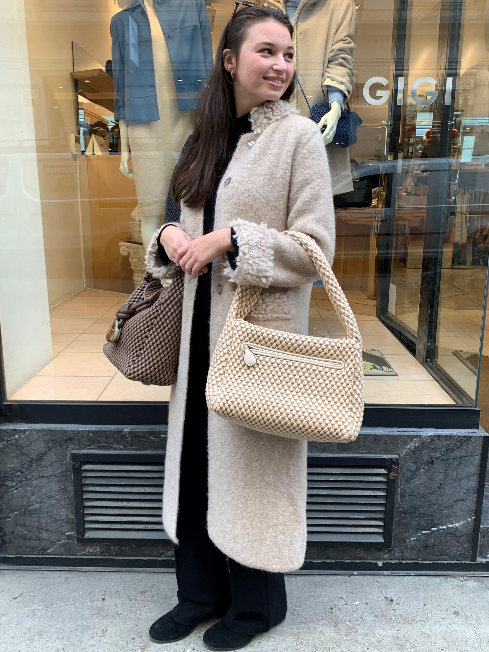Dame trägt eine beige Tasche von Tissa Fontaneda