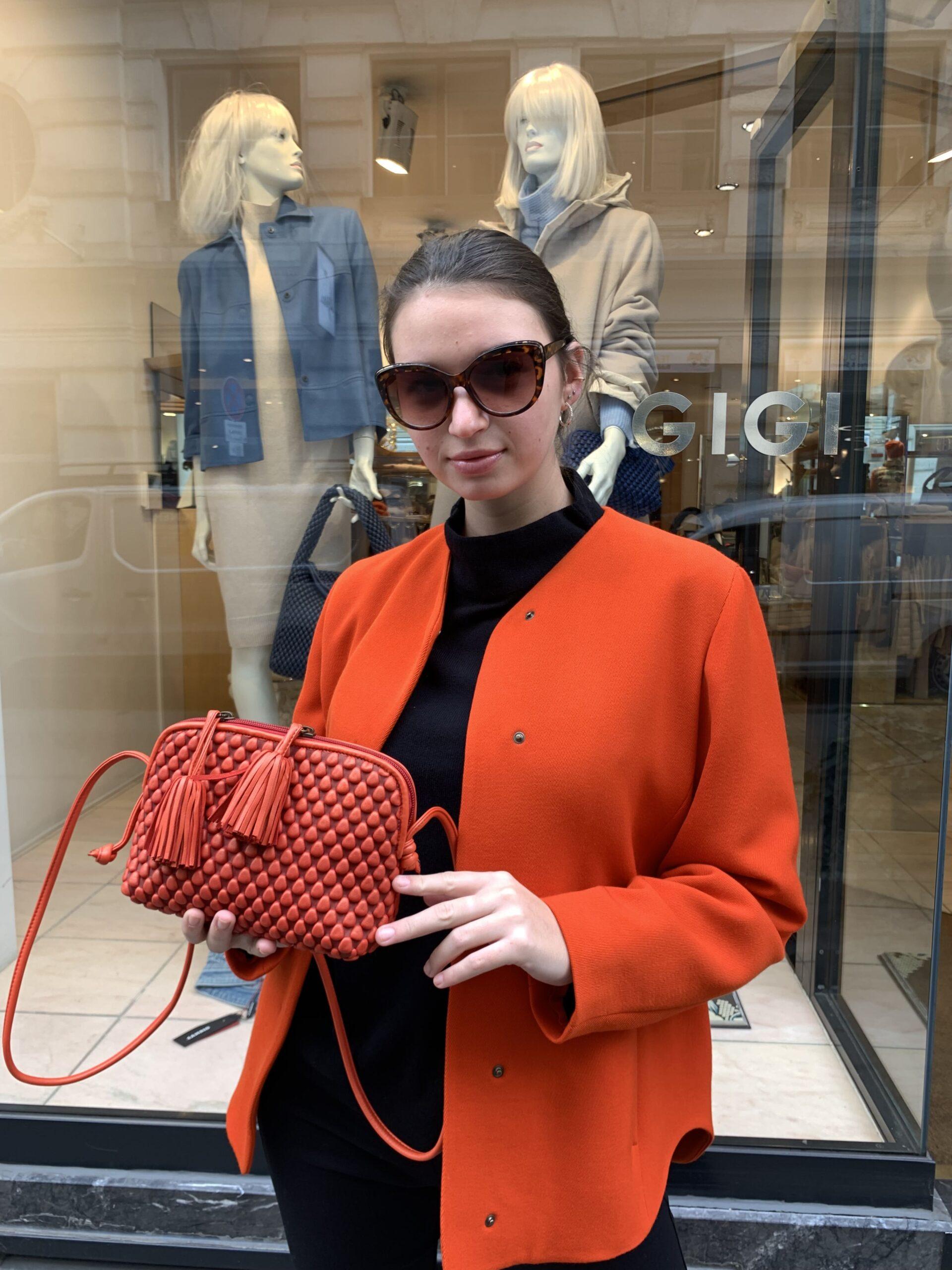Dame trägt Tasche Gizmo von Tissa Fontaneda in rot