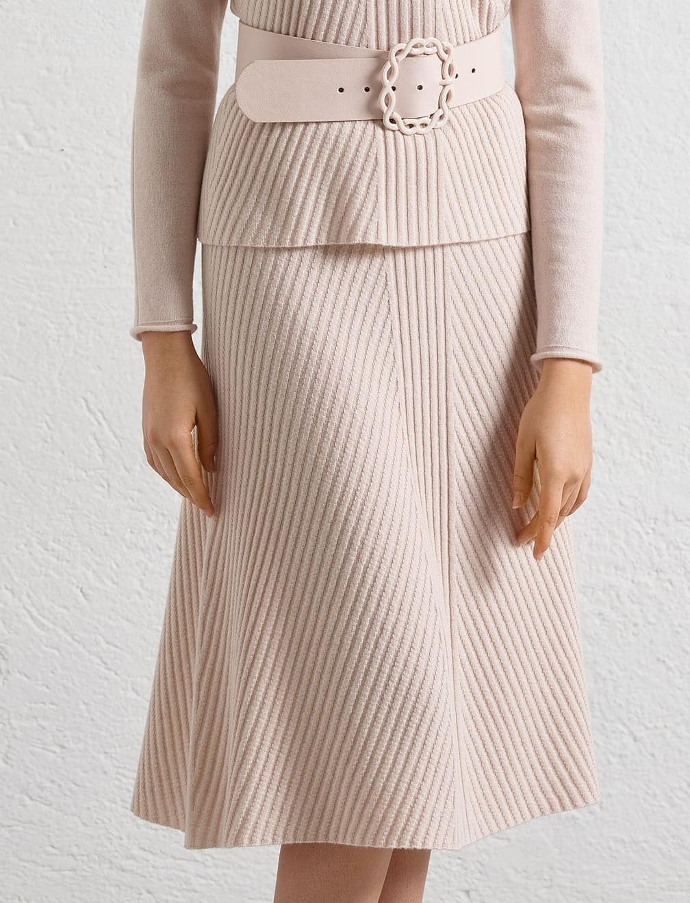 Rosafarbener A-Linien Rock aus Kaschmir-Mix in einem raffinierten Strickmuster. Bildet zusammen mit dem passenden Rollkragenpullover ein chickes Zweiteiler-Kleid.