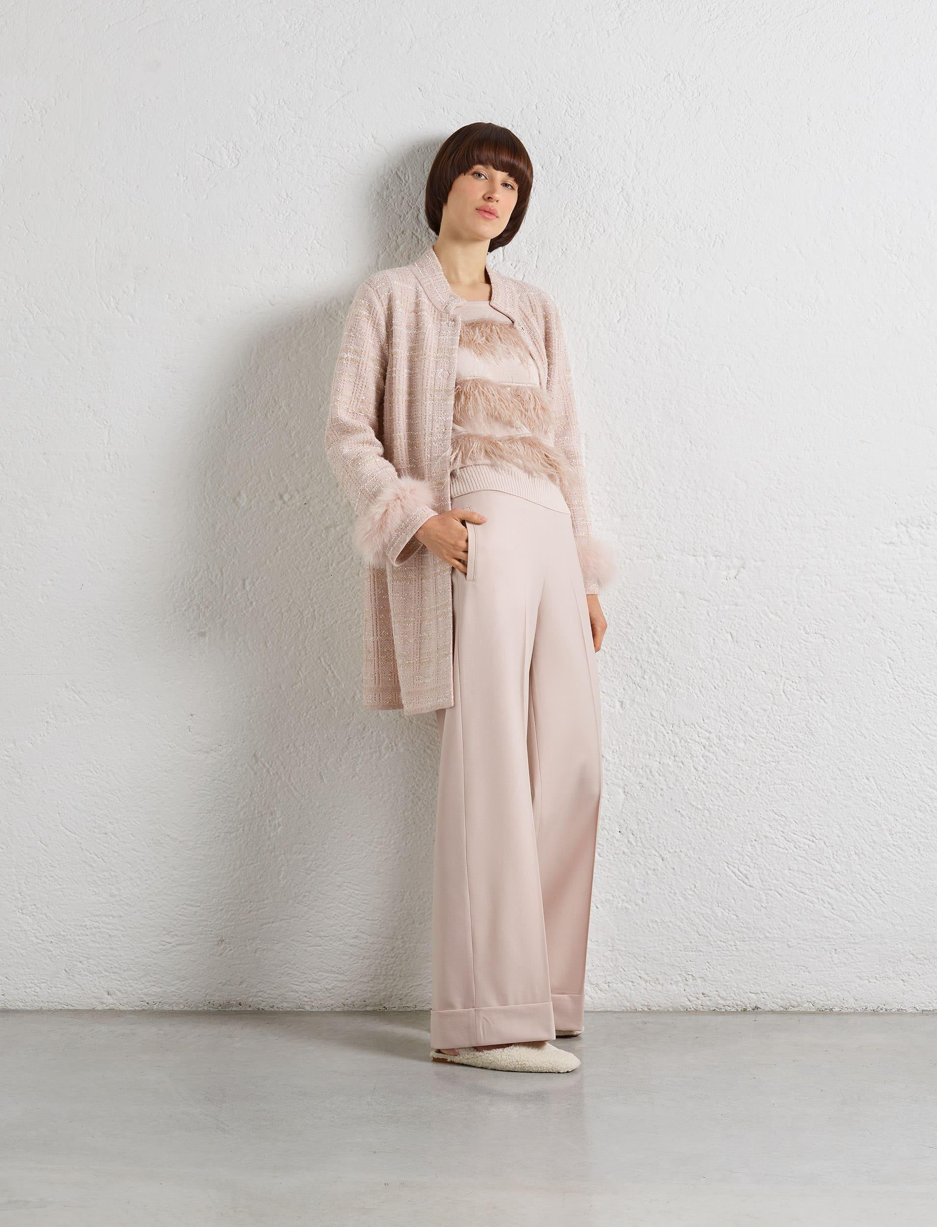 """Eleganter figurbetonter rosa Strickmantel im """"Chanel"""" Stil in leichter Bouclé Optik mit Lurex Details. Schön für elegante Gelegenheiten (z.B. als Brautmutter). Sehr edel im Monocrom Look. Der Mantel ist auch mit einer Jeans sehr chic. Am Rücken hat er in Größe S eine Länge von 93cm, hat vorne zwei Taschen und ist mit versteckten Druckknöpfe zu schließen. Auf den Ärmeln ist ein Pelz Detail, den man auch abknöpfen kann."""