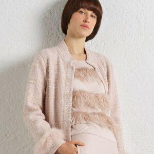 """Etwas ganz besonderes ist der rosafarbene kastig geschnittene Kaschmir-Wolle Mix Pullover. Vorne mit exklusivem Straußen-Feder Detail in gleicher Farbe. Auch in hellblau erhältlich und besonders schön in """"Monocrom"""" Look."""