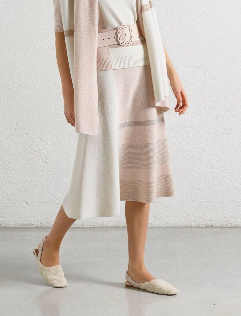 Edler A-Linien Rock in den Farben Rosa und Weiß aus Kaschmir-Wolle Mix mit raffinirten Lurex Detail. Der Gummi im Bund sorgt für angenehmen Trage-Komfort. Mit der Länge von 70cm ist der Rock sehr modisch. Sehr gut mit trendigen weißen Stiefeln kombinierbar. Wirkt zusammen mit einem kurzärmeligen Rollkragenpullover in der gleichen Farbe oder mit dem kastig geschnittenen Pullover in gleicher Farbe fast wie ein Kleid.