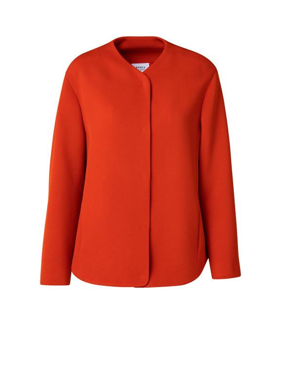 Längere Jacke in kräftigem Rot mit orangenen Akzent aus Woll-Trikotine. Mit seitlichen Taschen und verdecktem Druckknopfverschluss. Entspannte, lässige Jacke. Outdor Jacke im Herbst und Indoor Jacke im Winter.