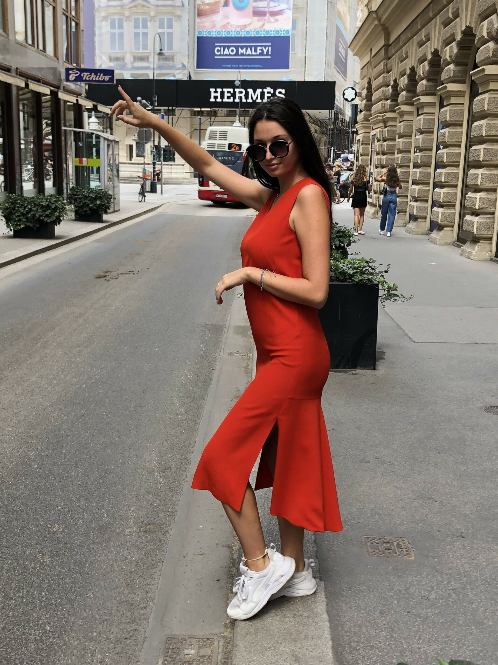 Rotes Midikleid aus Viskose Mix umspielt gekonnt die Figur. Ärmellos und mit V-Ausschnitt. Seitlich mit Schlitzen und hinten mit einem breiteren Godet Falten Abschluss.