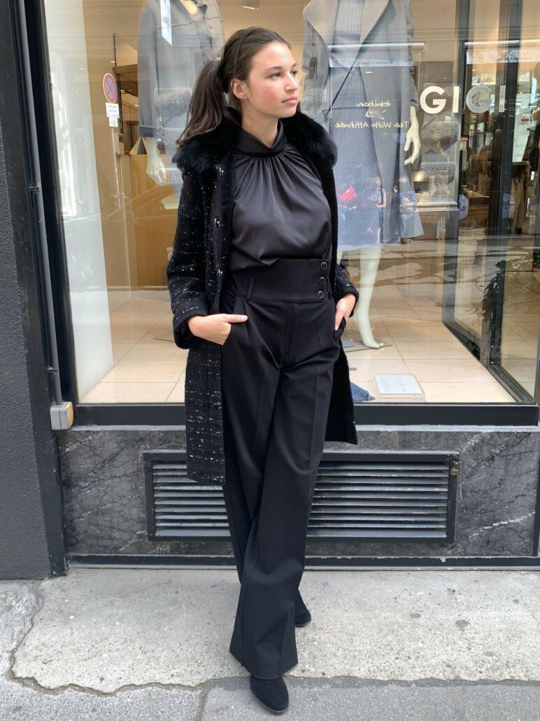 Weite Hosen erleben ein Fashion-Revival! Setze deine weiblichen Kurven perfekt in Szene. Hohe Teile verlängern die Beine. Mit 3 dekorativen Knöpfen und zwei Seitentaschen. Die Hose bekommt ein Upgrade mit der schönen Bluse von D.Exterior.