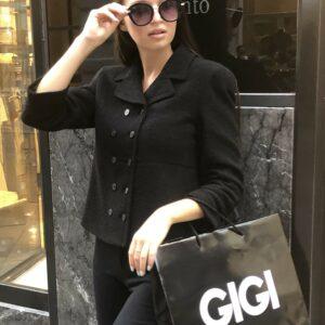 Besonders schöne schwarze feminine doppelreihige Jacke in leichten Boucle Optik ist ein optimaler Begleiter für jede Gelegenheit. Typisch Armani.