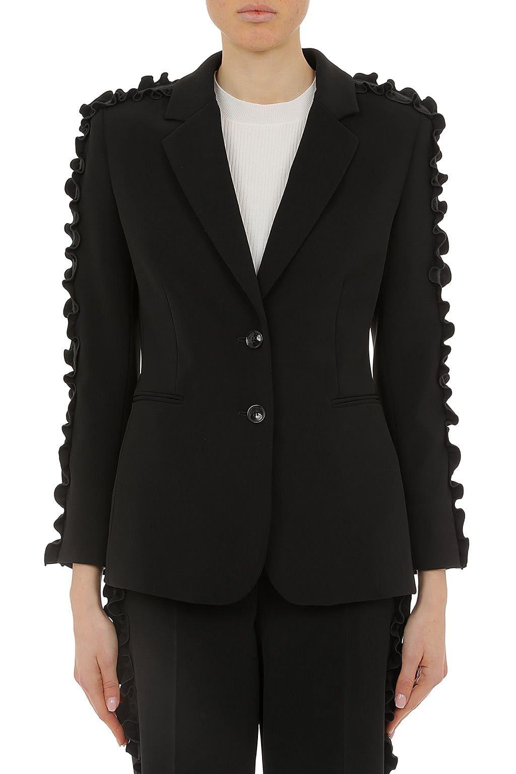 Dame trägt schwarzen Blazer von Boutique Moschino