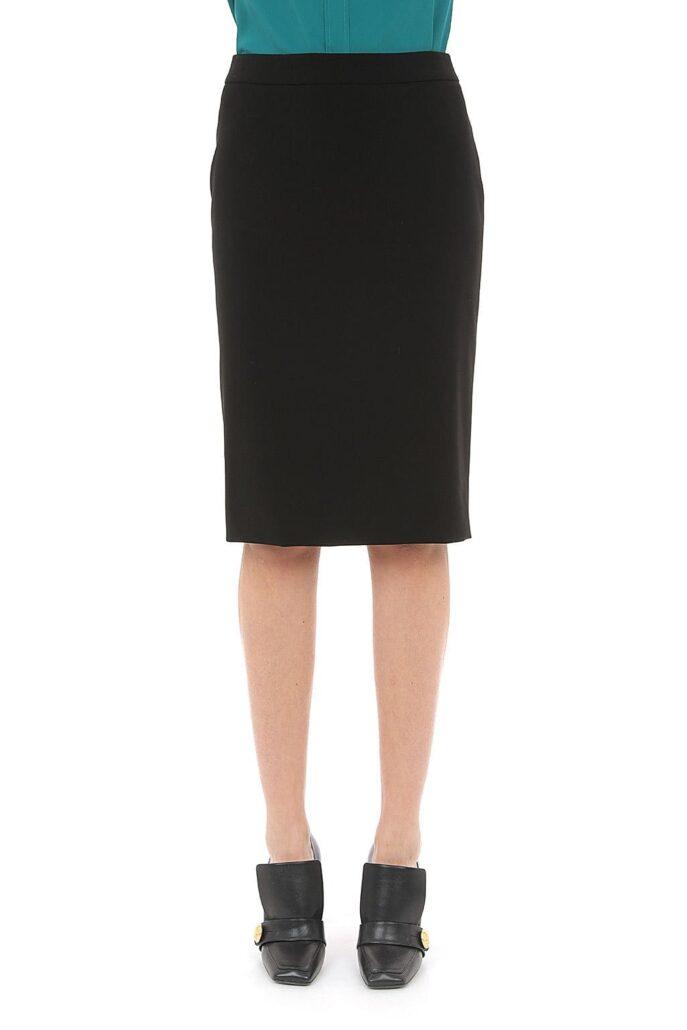 Dame trägt einen schwarzen Bleistiftrock von Boutique Moschino