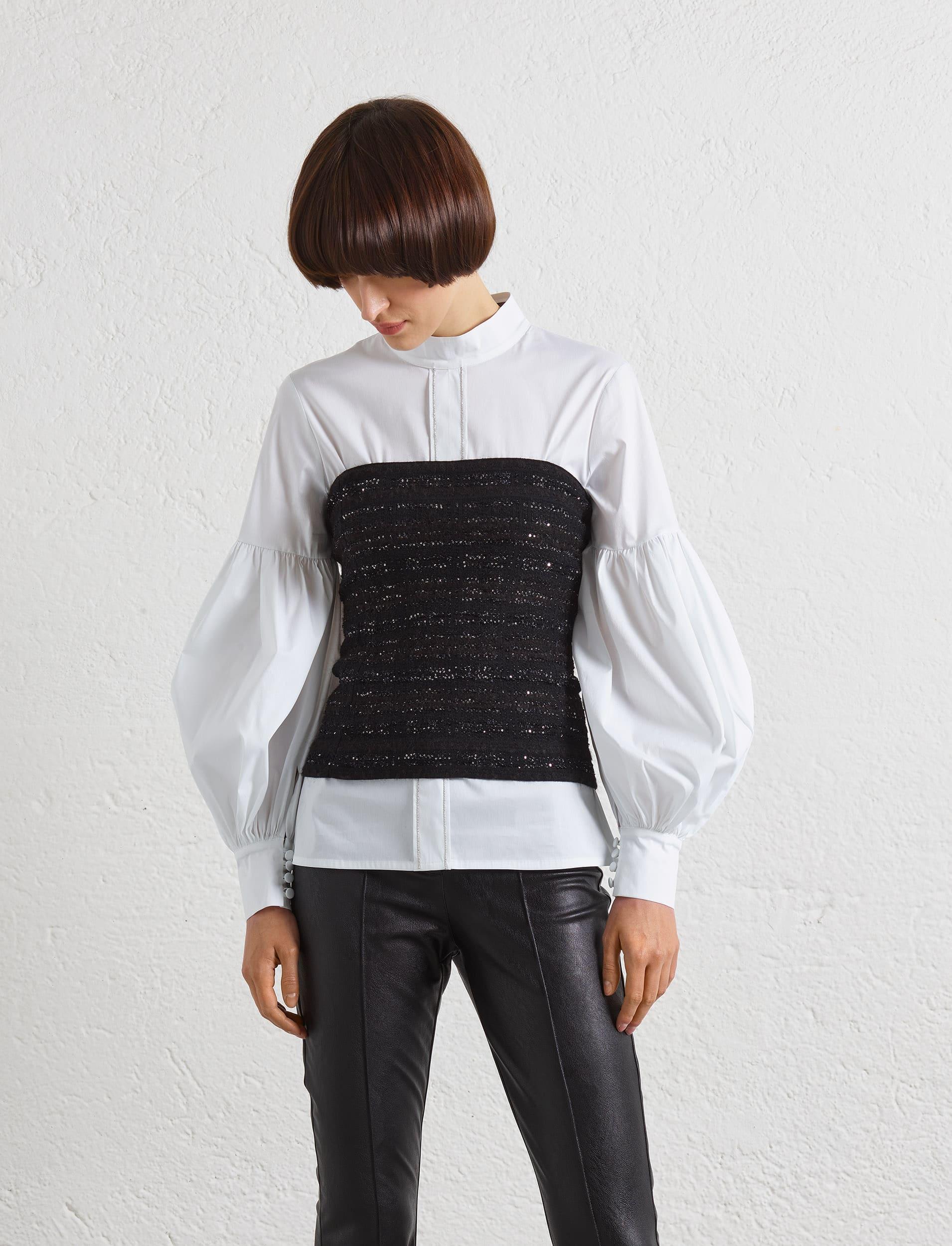 Ein modisches, wandelbares schwarzes Korsett mit Glitzer und leichter Bouclé Optik. Man kann es auch als Minirock tragen und macht sicher sehr viel Spass. Auf dem Foto als Korsett über einer Bluse.