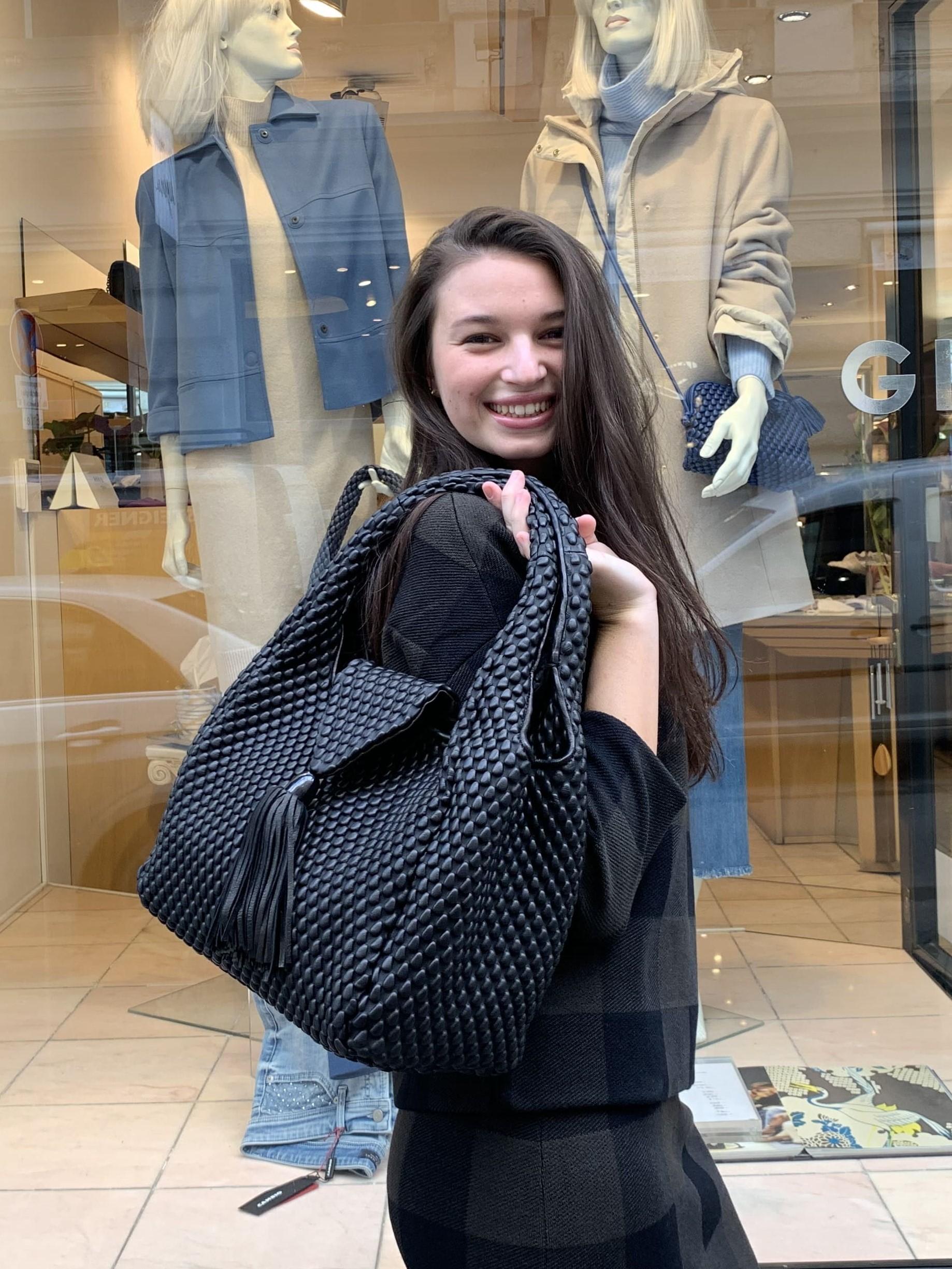 Dame trägt schwarze Tasche Simple Matter von Tissa Fontaneda