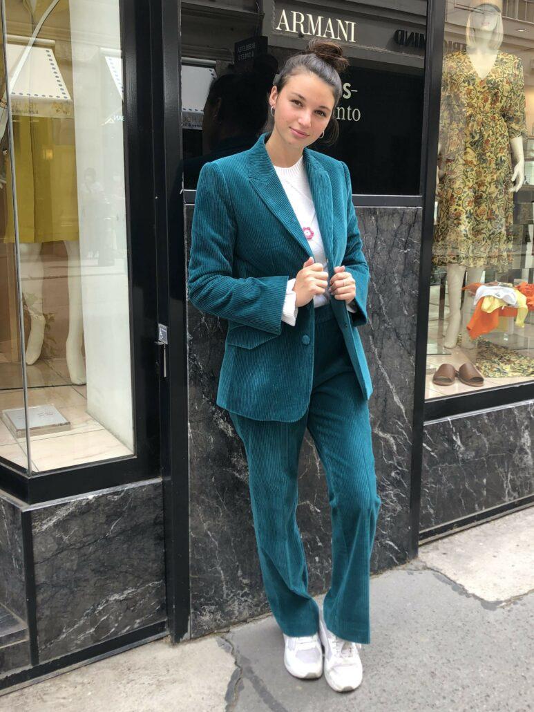 Dame trägt einen türkisen Blazer von Boutique Moschino