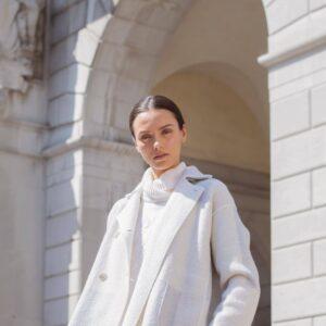 Helle weiche etwas oversized geschnittene Caban Outdoor Jacke aus Kaschmir-Wolle Mischung. Ist wendbar. Eine Seite hat ein ganz leichtes Muster in Hellgrau und Beige, die andere Seite erstrahlt in schönem klaren Weiß.
